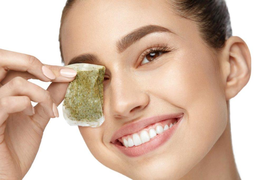 การบำรุงดวงตา-ประคบดวงตาด้วยถุงชาเก่า