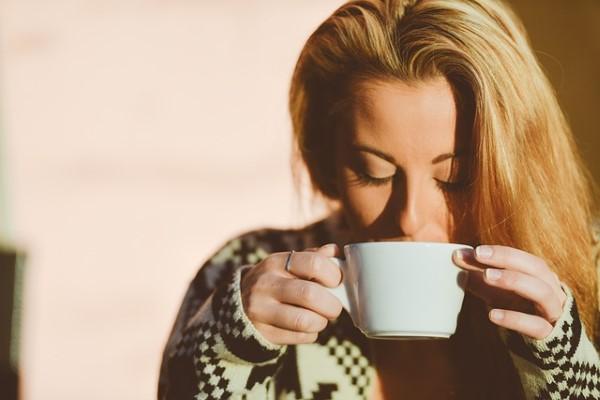 วิธีแก้ปวดท้องประจำเดือน-จิบเครื่องดื่มอุ่น ๆ